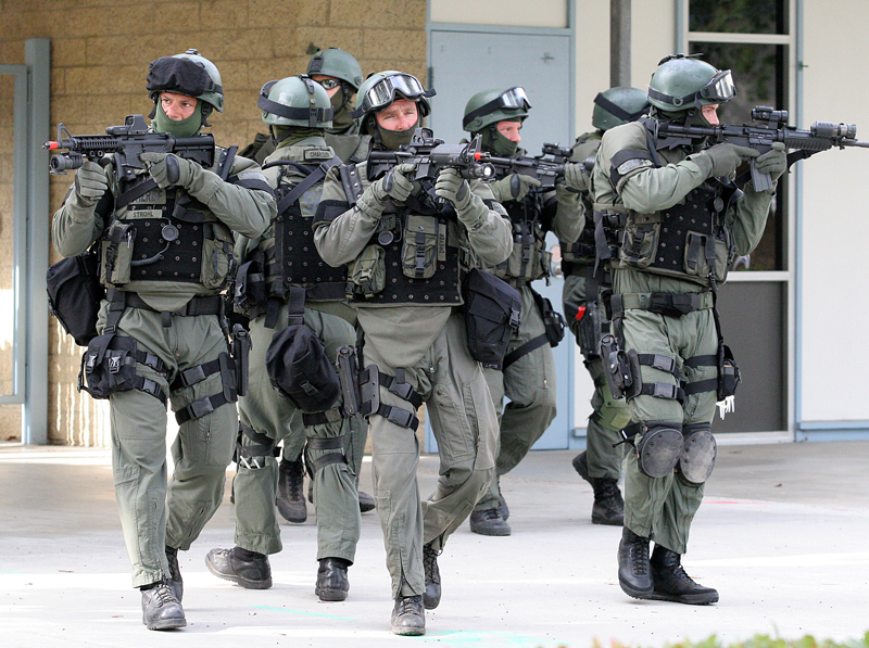http://www.dvorak.org/blog/wp-content/uploads/2008/12/swat-team-at-abraxas_145001.jpg